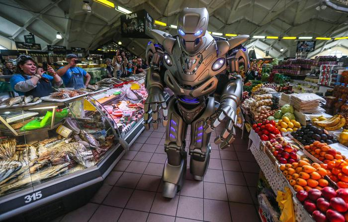 Robot Titan performs on Moscow Danilovsky market